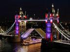 伦敦塔桥亮灯展现绚烂夜景