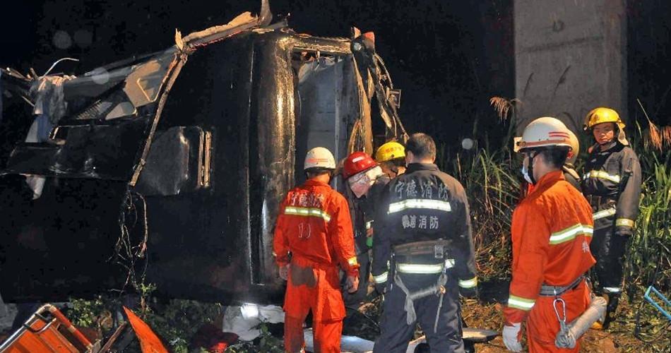 6月20日凌晨,消防人员在车祸现场救援。