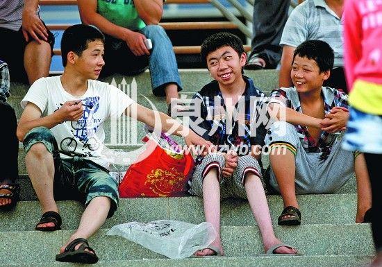 兄弟俩与同学们坐在一起谈笑风生