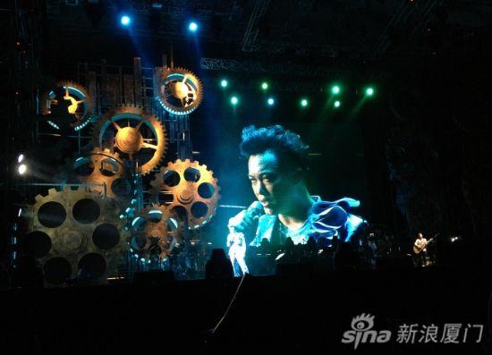 K歌之王陈奕迅泉州开唱歌迷大饱耳福