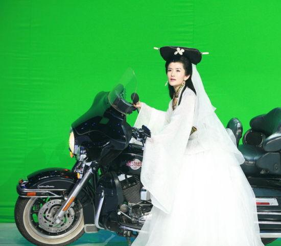 """谢娜扮白娘子骑摩托寻夫遭""""许仙""""无视"""