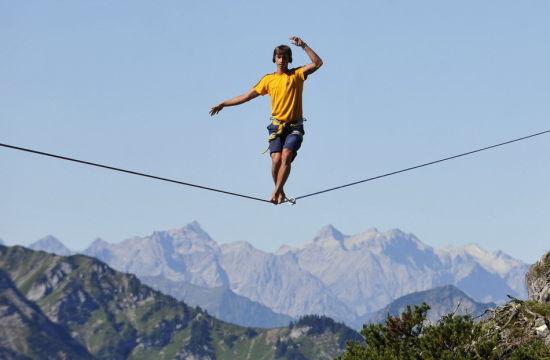 男子高空走绳索穿越1800米深山谷