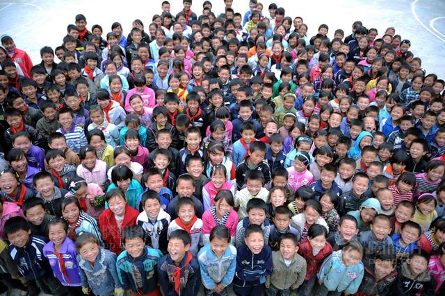 贵州深山的四大寨民族小学部分留守儿童合影