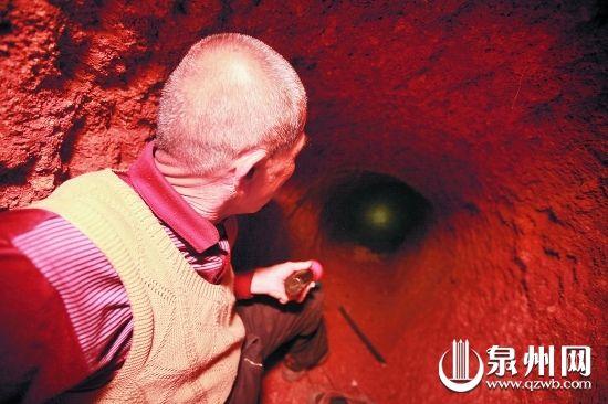 盗墓者挖的这个洞大约有8米深