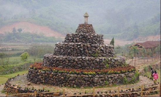 位于村口的溪边有一座石佛塔
