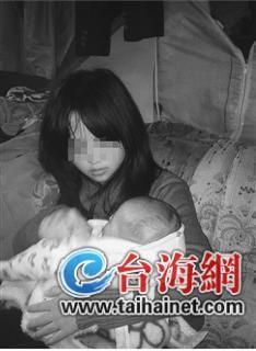一脸稚气的小艺抱着孩子,表情茫然