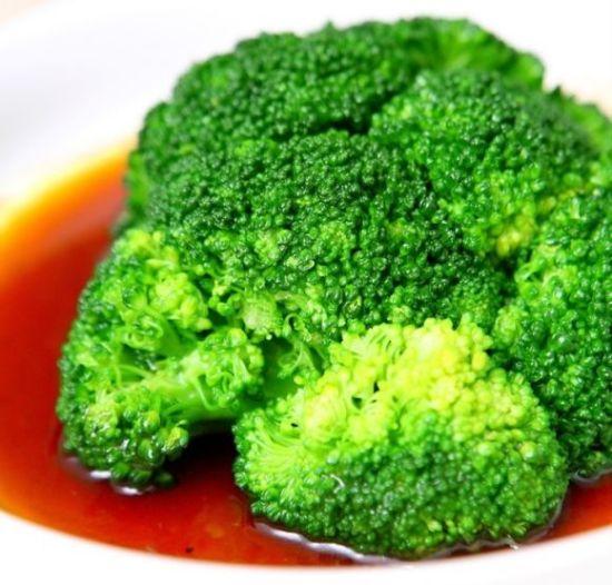 由于番茄的类别有好几种,到底选哪一种更好呢?那便是小番茄,其维他命 C 含量更高,可以让抗衰老的火力再猛一些。 另外,番茄应怎样食用才能对抗衰老更有效呢?那便是熟吃。虽然经烹调或加工过的番茄 ( 番茄酱、番茄汁、罐装番茄 ) 所含的维他命 C 会遭到破坏,但是茄红素的含量可增加数倍,抗衰老功能也更超强。所以营养师大力向人们推荐番茄,还建议人们大量摄取。   2 号抗肌肤衰老标兵 葡萄(葡萄食品)   番茄的抗衰老火力猛烈,葡萄也逊色不到哪里去。葡萄籽(葡萄籽食品)中的花青配糖体,其抗衰老能力是维他命