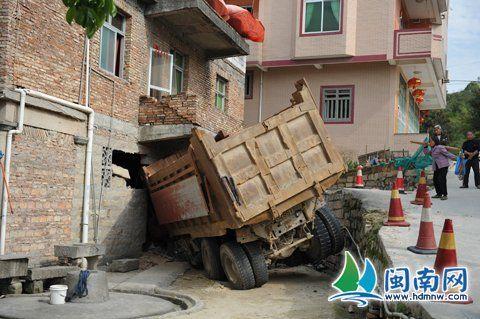 渣土车撞进民宅,家人正在二楼吃饭