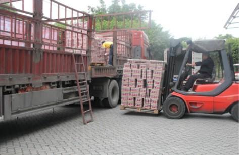 厦门古龙食品捐献价值100万元的罐头食品