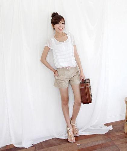 白衬衫搭配卡其色短裤