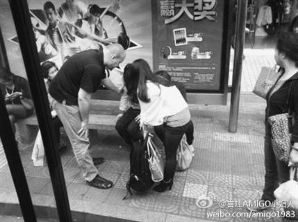 女子公交上突然瘫倒 老外将其新娘抱下车
