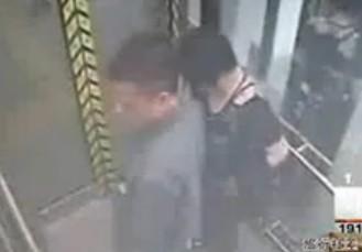 监拍女子观光电梯内大便 男子在旁把风