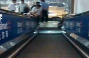 沃尔玛电梯突断裂 老人坠落当场身亡