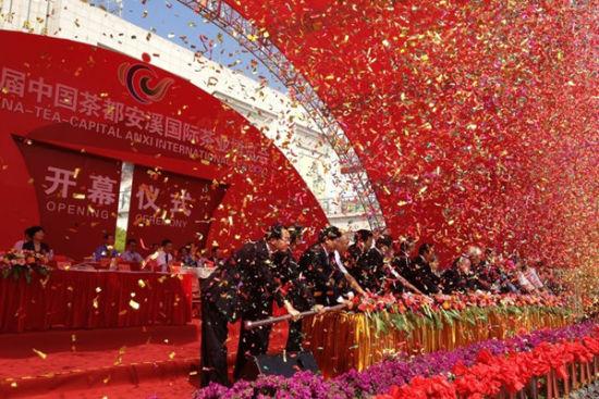 各领导共同推杆,宣布第三届中国茶都安溪国际茶业博览会正式开幕。