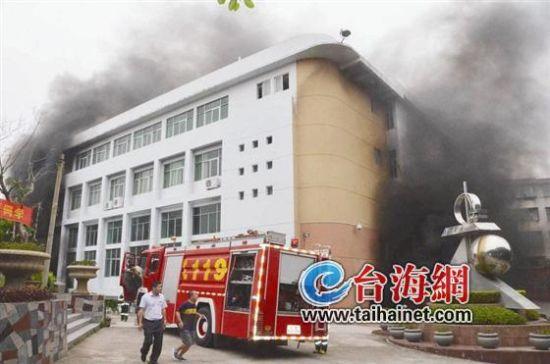 惠安三中开学首日停车场起火摩托车几乎全被毁