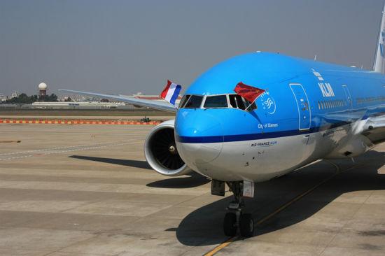 厦门作为海峡西岸重要中心城市,经济社会发展呈现出蓬勃的活力。近年来从厦门飞往欧洲方向的航空客流量呈现大幅度增长,厦门机场出入境旅客吞吐量连续多年排在国内前5位,是中国大陆地区第五大口岸机场,为厦门机场开辟欧洲客运航线奠定了坚实的基础。航空运输是国民经济的基础产业,具有很大的外部经济效益,特别是国际航空客货运业务,对所在地区的高新科技、金融、旅游、商贸、会展、文化等产业的发展和综合投资环境的改善将起到至关重要的作用。据国际有关权威机构(世界旅游组组和美国波音公司)最新测算,一条国际航线为地方经济创造的G