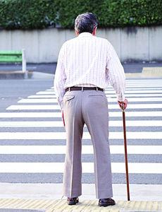 南昌一老人被撞摔倒 路过司机报警车被扣