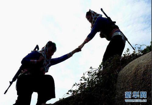 12月8日,大岞海防民兵哨所的两名女民兵在哨位上执勤。