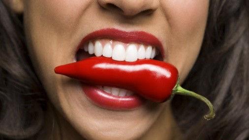 服用中药者:食用辣椒素会影响中药疗效,因此服用中药的同时,应禁食辛辣食物。服用中药者,在饮食方面应稍加清淡,不能吃辣椒和一切含有刺激因素的食物,否则会引起病症复发。由于辣椒素的刺激,引起胃酸分泌增加,胃酸多了可引起胆囊收缩,胆道口括约肌痉挛,造成胆汁排出困难,从而诱发胆囊炎、胆绞痛及胰腺炎。除此之外,有此类病症的患者应多吃含粗纤维的食物,忌食萝卜、辣椒、洋葱等刺激性强的食物,否则会容易胆绞痛,病情更加严重。   心脑血管疾病患者:辣味食物配料辣椒中的因辣椒素使循环血量剧增,心跳加快,心动过速,短期内