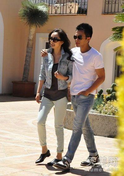 刘恺威穿着白色t恤搭配牛仔裤和皮鞋
