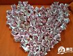 杭州小伙用20万现金折999朵玫瑰求婚