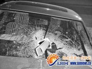 钢管刺破玻璃,司机身亡。通讯员 黄洁 摄