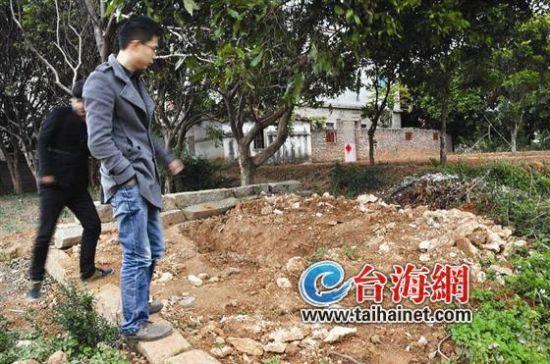 ▲庄碧能的坟墓被掘,现场留下一个大坑