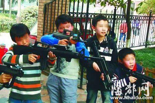 泉州12岁男孩玩仿真玩具枪