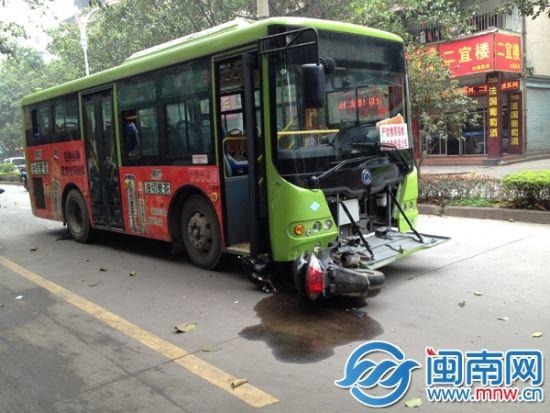 摩托车被卡公交车底
