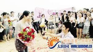 图为漳州小伙林涛向燕雪求婚现场。记者 唐光锋 摄