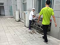 网友抓拍软件园夏商员工清洗打包餐盒 疑回收利用