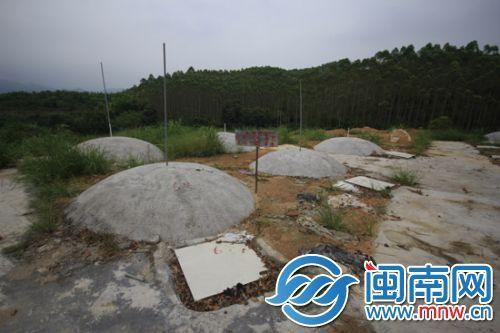 昨记者走访发现,漳浦长桥镇青果村化尸池的投放口被铁板盖着