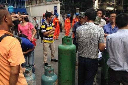 厦门福园公寓爆炸 现场抢出多瓶液化气