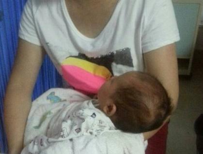 事故现场最小婴儿才38天 眼睛和鼻子有轻微擦伤