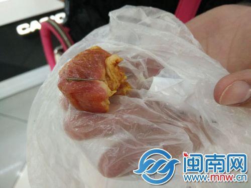 藏在猪肉内的针头,有两三厘米长