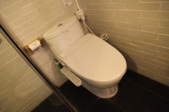图:旅馆内安装的九牧智能马桶