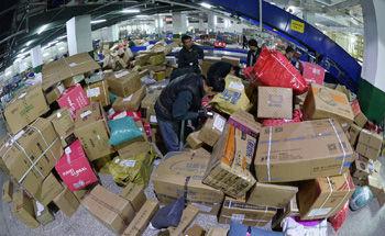 11月12日,在中国邮政宁夏分公司分拣中心,工作人员在将快件包裹分类。 新华社记者 彭昭之/摄