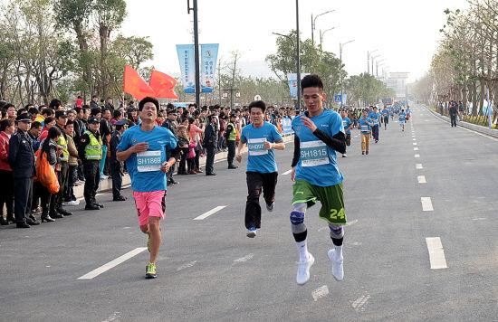奋勇直追的运动员奔跑在健康路上