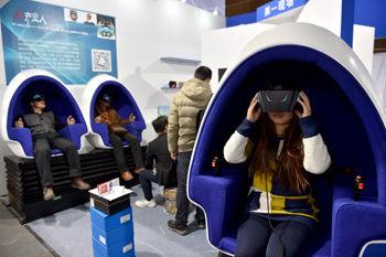 观众在科技体验展上体验虚拟现实产品。 新华社记者 李鑫/摄