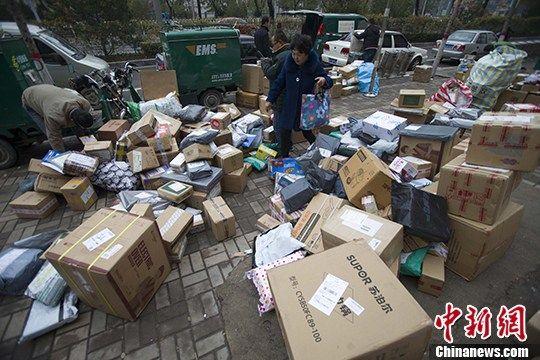 资料图:图为山西太原某快递物流揽投部外快递铺满地。 中新社记者 张云 摄