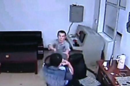 3嫌犯越狱完整监控:勒民警脖子穿警服逃脱