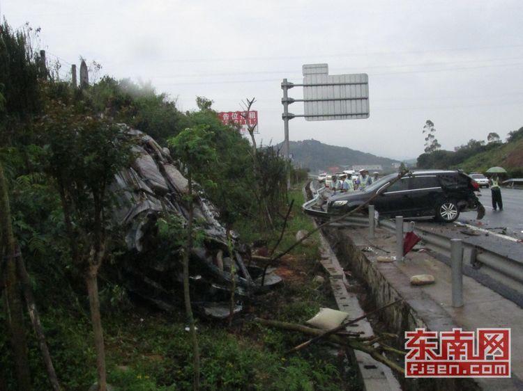 泉港高速出口小车撞车自燃 驾驶