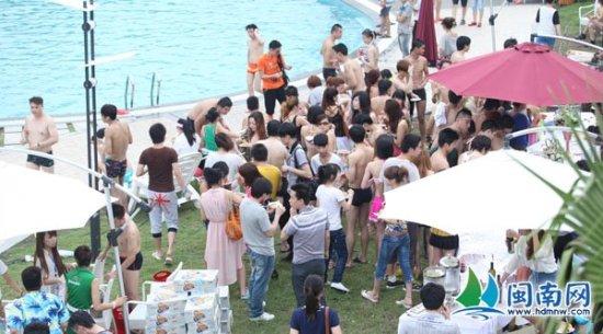 江滨公园欢乐岛水世界举行了一场大型的户外泳池比基尼派对