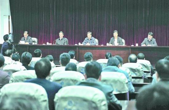 昨晚,全市领导干部大会召开。图为姜信治(中)、杨根生(右二)、杨国豪(左二)、梁建勇(右一)、翁玉耀(左一)在主席台就座。  蔡昊 摄