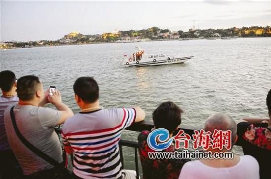 搜救船正在事发海域周边寻找落水男子