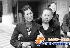 """""""奇迹宝宝""""的奶奶泣不成声。 记者 陈理杰摄"""