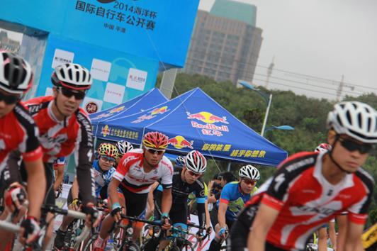 万箭齐发讲大概就是这样   日前,2014海洋杯中国平潭国际自行车公开赛在福建平潭岛胜利闭幕,来自中国、美国、英国和澳大利亚等14个国家和地区的1300多名选手参加了比赛。最终来自日本选手洼木一成以1小时20分45秒的成绩夺得冠军。   近年来,随着福建自行车爱好者越来越多,骑行已经成为民众业余生活的主要锻炼方式。本次平潭国际自行车公开赛是中国首次将海洋文化与自行车竞技相结合的赛事,也是福建省规模最大、水平最高的国际自行车比赛之一。红牛公司在活动现场设立互动能量体验区,为骑友派发红牛赠饮,在高强度的