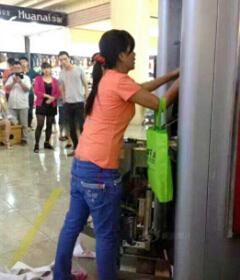 女子徒手拆ATM机