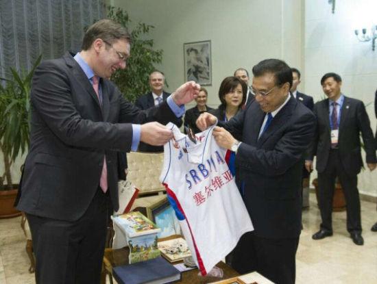 李克强获赠塞尔维亚篮球队球衣