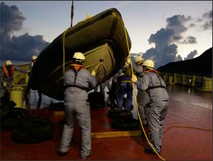 实拍日本调查团在钓鱼岛海域非法调查
